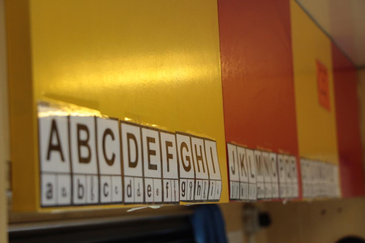 Les murs du camion-école permettent d'afficher des règles de grammaires, des mots ou encore l'alphabet.