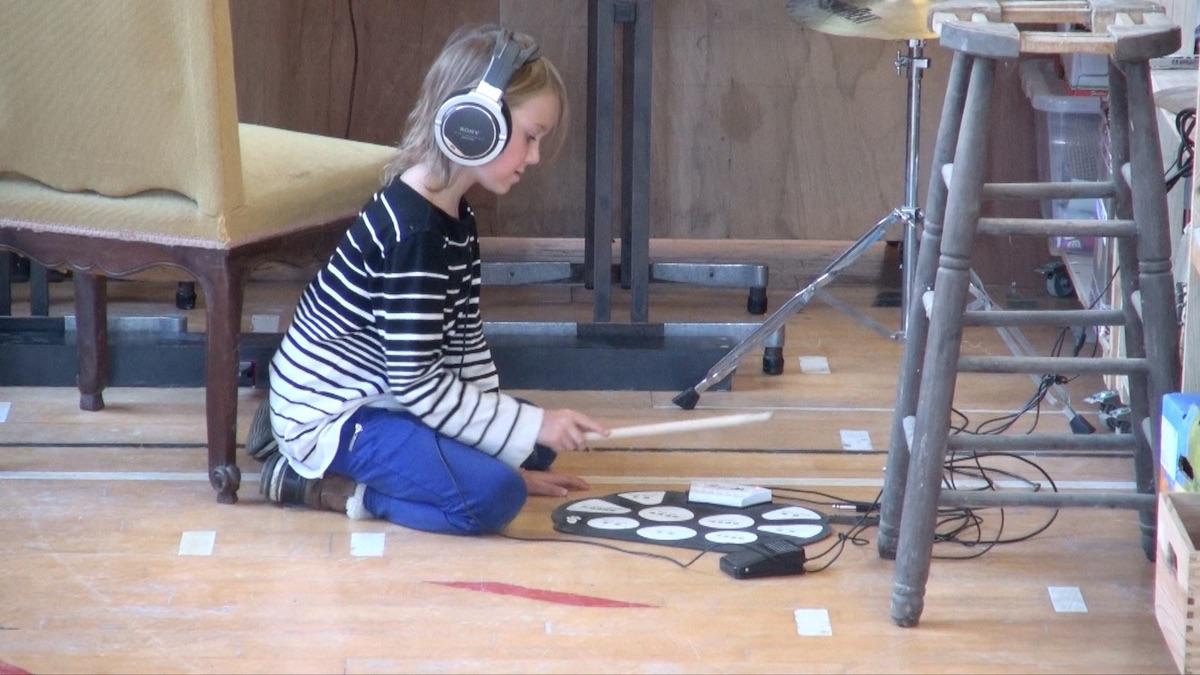 Enfant jouant de la batterie électronique