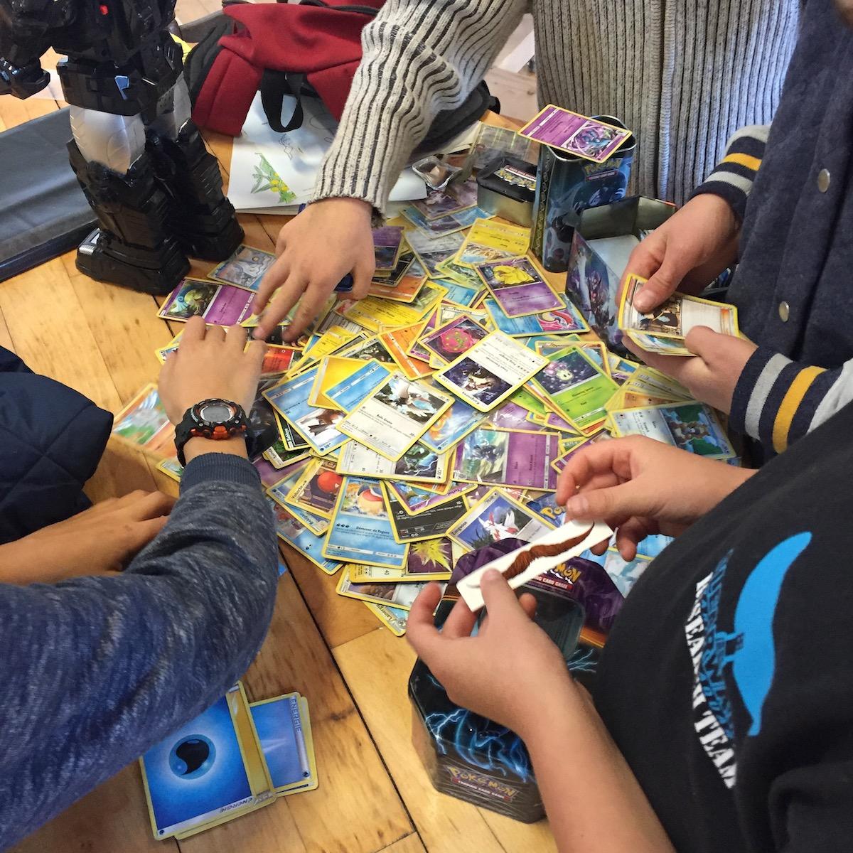 Certains enfants font du calcul mental à l'aide des carte Pokémon